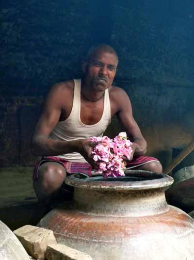 Un addetto alla distillazione degli oli essenziali a Kannauj